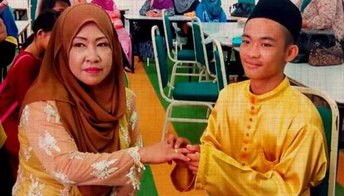 Chú rể Sufie, 18 tuổi,  trao nhẫn cho cô dâu Sopiah, 42 tuổi, trong lễ cưới. Ảnh: HARIAN METRO/FACEBOOK