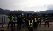 Nhóm phượt thủ bật nhạc sàn, nhảy múa giữa cầu bất chấp xe cộ