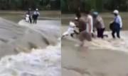 Người dân giải cứu hai thanh niên liều vượt lũ chảy xiết