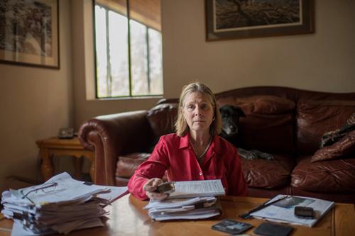 Linda Rink, nhà khoa học cấp cao của Autoliv bên hồ sơ của 20 năm trước. Ảnh: NYTimes