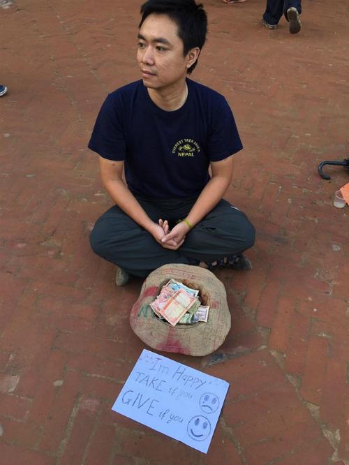 chuyen-bat-ngo-khi-chang-trai-viet-dong-gia-an-xin-o-nepal