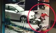 Sang đường ẩu, mẹ chở con nhỏ trên xe máy bị ôtô tông