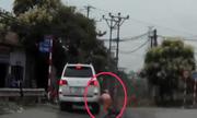 Người phụ nữ ngã úp mặt vì ôtô rẽ trái không xinhan