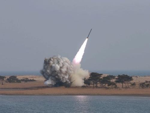 Triều Tiên phóng một tên lửa đạn đạo ra vùng biển phía đông nước này. Ảnh minh họa: KCNA.