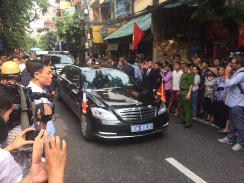 Xe chở Tổng thống Pháp Hollande rời khu phố cổ. Ảnh: Văn Việt.