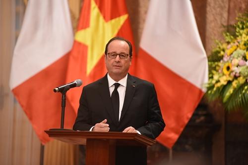 Tổng thống Pháp Francois Hollande phát biểu tại buổi họp báo chung. Ảnh: Giang Huy