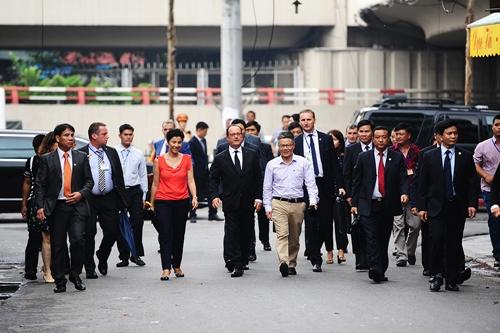 Tổng thống Pháp Francois Hollande đi dạo trên phố Hàng Chĩnh.