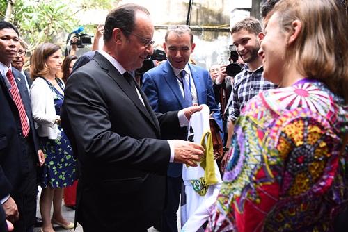 Tổng thống Hollande được tặng áo. Ảnh: Giang Huy.