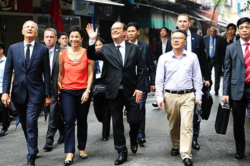 Tổng thống Pháp Francois Hollande đi dạo trên phố Hàng Chĩnh. Ảnh: Giang Huy.