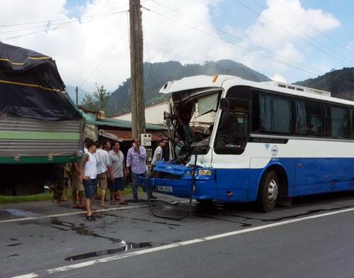 Sau khi dừng lại, hành khách trên xe chỉ có một người bị thương còn lại điều an toàn. Ảnh: Hoài Thanh