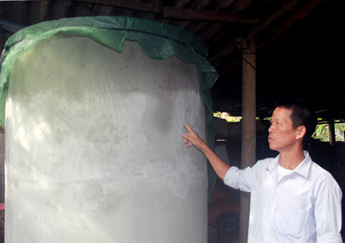 Đổ thuốc trừ sâu vào bể nước đám cưới