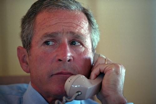 Ông Bush trao đổi với nhân viên qua điện thoại trên chuyên cơ, trong chuyến bay từ Sarasota tới căn cứ không quân Barksdale.