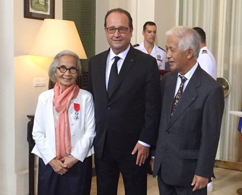 Vợ chồng Giáo sư Lê Kim Ngọc cùng Tổng thống Pháp trong lễ trao huân chương.