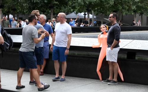 Nhóm người chụp ảnh cùng búp bê tình dụcbên khu tưởng niệm Ground Zero. Ảnh:BARCROFT IMAGES