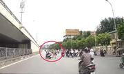 Đôi nam nữ đánh võng qua mặt cảnh sát giao thông