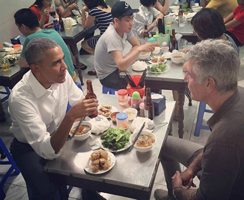 Tổng thống Mỹ Barack Obama ngồi ăn bún chả cùng đầu bếp Anthony Bourdain ở Hà Nội. Ảnh: Instagram