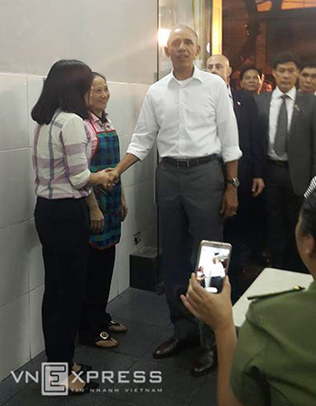 Ông Obama bắt tay chủ quán bún chả. Ảnh: Phương Linh.