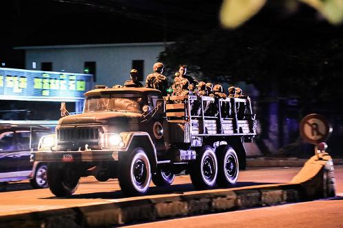 Xe tải quân sự chở lính vũ trang di chuyển gần trụ sở CNRP đêm 12/9. Ảnh: Cambodia Daily