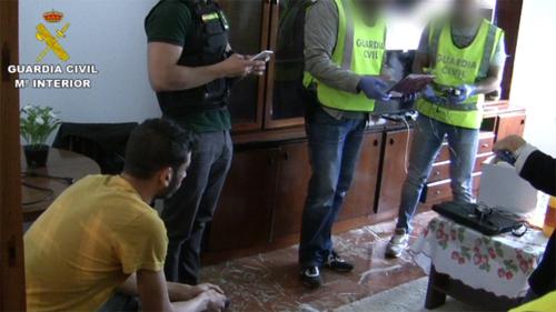 Cảnh sát tịch thu các máy tính, thẻ căn cướcgiảvà điện thoại.