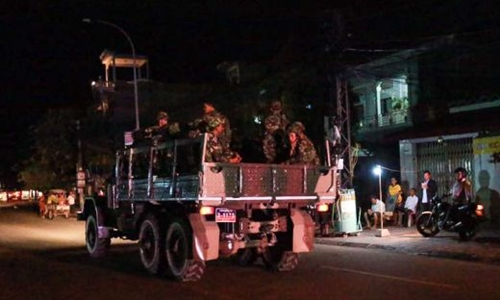 Xe tải quân sự chở lính vũ trang di chuyển gần trụ sở CNRP đêm 12/9. Ảnh: SBN.