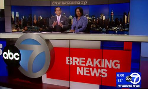 Người dẫn chương trìnhJoe Torres (trái) trong bản tin tối 11/9. Ảnh: ABC7