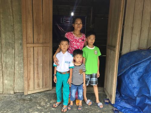 Con đường đến trường của ba đứa trẻ mồ côi cha