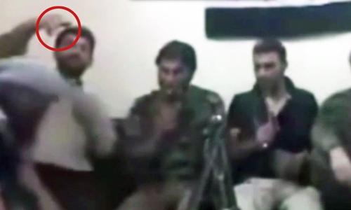 Một binh lính thuộc Quân đội Syria tự do dùng điện thoại kích hoạt bom để tự sướng khiến vụ nổ xảy ra ngay sau đó. Ảnh: Daily Star.