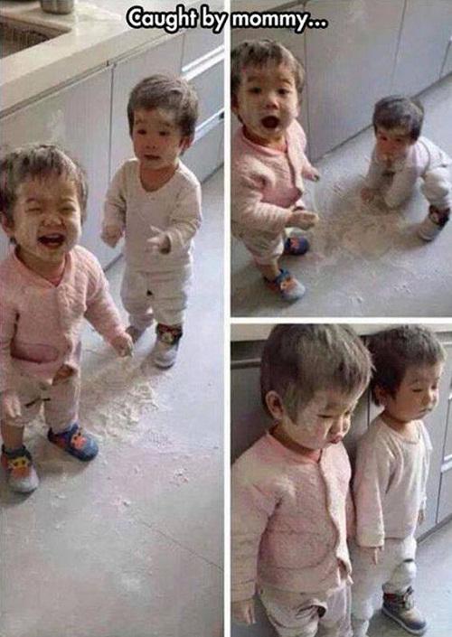 Khi bị mẹ bắt gặp đang nghịch phá.