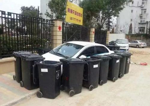 Chiêu cảnh báo đỗ xe sai của công nhân vệ sinh.