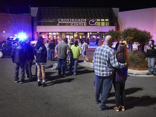 Người dân đứng phía ngoài trung tâm mua sắm Crossroads Center, thành phố St. Cloud, bang Minnesota, ngày 17/9. Ảnh: AP.