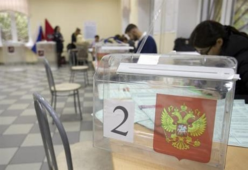 Election officials prepare ballots at a polling station ahead of Sundays parliamentary elections in Moscow, Russia, on Saturday, Sept. 17, 2016. (AP Photo/Ivan Sekretarev)