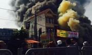 Cháy nhà xưởng bên đường khiến giao thông nhốn nháo
