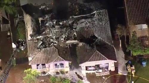 Ngôi nhà bị phá hủy sau khi máy bay lao xuống. Ảnh:KPHO TV