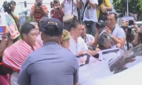 Nhóm cánh tả Philippines đụng độ với cảnh sát ở gần khu vực đại sứ quán Mỹ tại Manila. Ảnh: Xinhua.