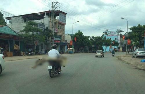 Hình ảnh người đàn ông chở thi thểHình ảnh người đàn ông chở thi thể cuốn trong chiếc chiếu lan truyền mạng xã hội, được xác định là anh Lò Văn Muôn chở em gái Lò Thị Phanh mất trên đường xuất viện