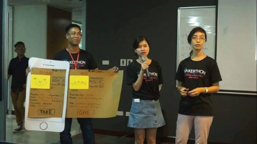Lê Phúc Văn và đồng đội thuyết trình trong buổi dự thi tại Hà Nội.