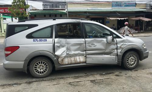 Ôtô 7 chỗ ngồi thứ dúm người đến dán bản tdứa báo thứ ngân dãy TMCP An Bình bị tông hỏng. Ảnh: Phúc Hưng