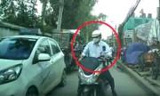 Ôtô chặn đầu xe máy chạy ngược chiều, ép nhập đúng làn