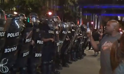 Cảnh sát chống bạo động Mỹ được triển khai trấn áp người biểu tình. Ảnh: RT.