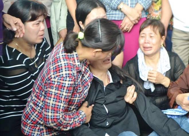 Người mẹ ngất xỉu trong đám tang 4 người thân