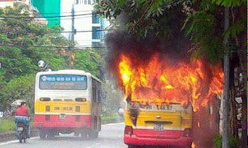 Xe buýt bốc cháy sau tiếng nổ