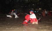 Người Đồng Nai vật vã về nhà sau cơn mưa lớn