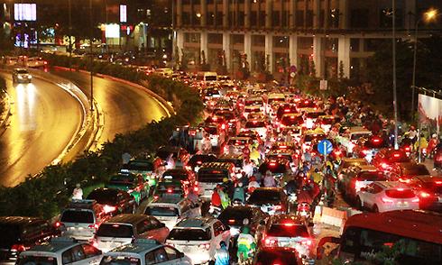 Sài Gòn rối loạn vì ngập nặng