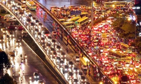 Giao thông hỗn loạn trong chiều mưa ở Sài Gòn