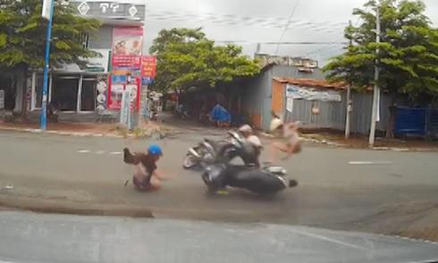 Cô gái bị tông văng 5 m vì xe máy lao từ hẻm ra đường