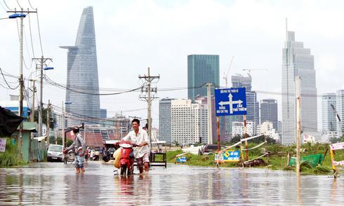 18 giờ sau trận mưa lịch sử, Sài Gòn vẫn chìm trong nước