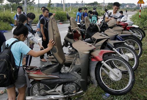 800 xe máy của sinh viên Sài Gòn chìm trong tầng hầm ký túc xá