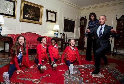 Obama cố xoạc chân chào đón các người hùng Olympic Mỹ
