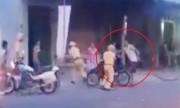 Người đàn ông cầm gậy lao vào đánh cảnh sát tới tấp