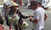 Du khách Trung Quốc quấy rối chị bán chuối ở Đà Nẵng